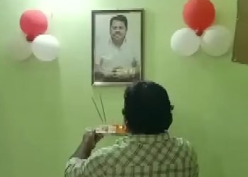 maharashtra owner of a bar restaurant in chandrapur performs aarti of a photo of districts guardian minister vijay wadettiwar as the six yr old liquor ban here was lifted by state govt last
