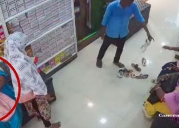 Indapur News   In Indapur, a gang of women wearing burqas was caught on CCTV while stealing from a sandal shop.