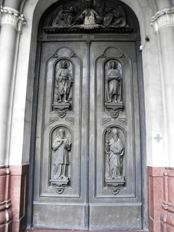 Majestuoso sobrerelieve de las puertas de acceso con miembros de la comunidad mercedarios