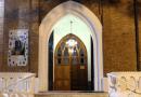 Se muestra el portico de acceso y la puerta del nartex de la parroquia de san patricio en buenos aires
