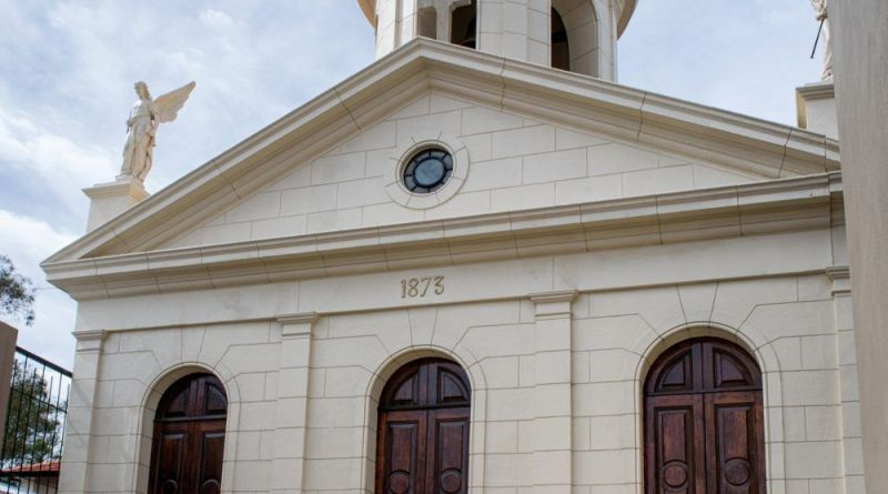 La Capilla de Santa Cecilia es el primer templo construido en la ciudad de Mar del Plata, como homenaje de su fundador a su esposa fallecida
