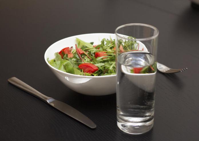 beber agua con comidas