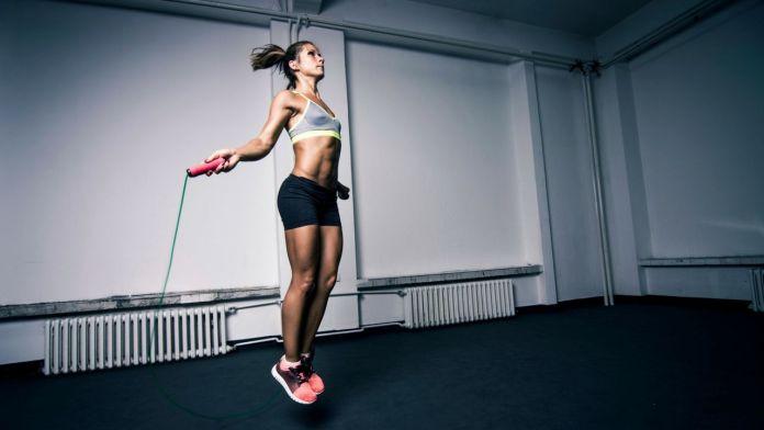 La rutina de ejercicios equilibrada con saltar la cuerda puede ayudarlo a perder peso