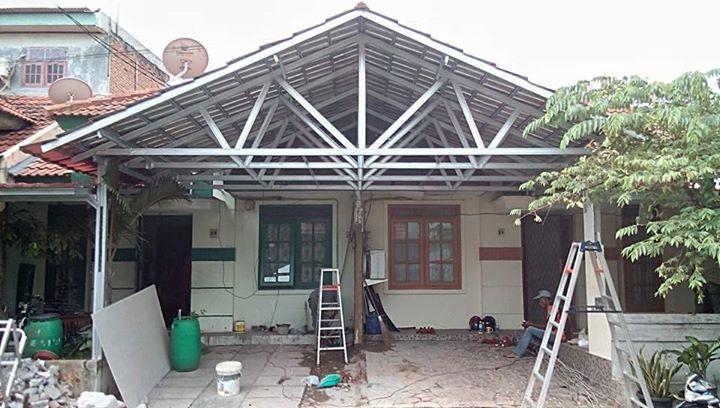 rangka atap baja ringan untuk teras canopy model pelana di taman lembah hijau ...