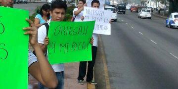 Politizada protesta de universitarios por pago de becas de la UAGro 6