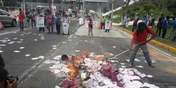 Toman normalistas caseta de Palo Blanco; queman propaganda del PPG 2