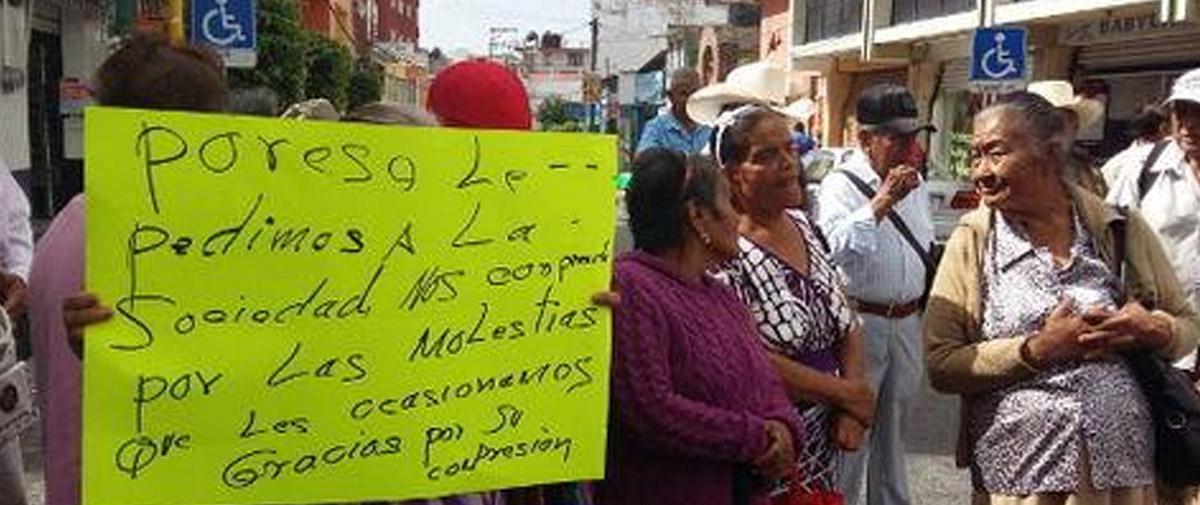 Bloquean adultos mayores calles de Chilpancingo; exigen adeudo de 4 meses