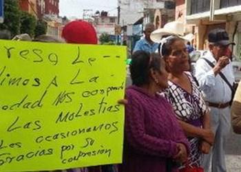 Bloquean adultos mayores calles de Chilpancingo; exigen adeudo de 4 meses 6