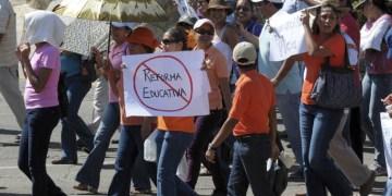 ACAPULCO, GUERRERO, 15ENERO2012.- Al menos cinco mil profesores abarrotaron la costera Miguel Alemán, al iniciar una marcha en protesta por la ley de la Reforma Laboral y Educativa. Los integrantes de la Secretaría Nacional de Trabajadores de la Educación (SNTE), salieron de sus oficinas localizadas en la Delegación Acapulco-Coyuca, llegaron hasta el centro de Acapulco. Cabe señalar que ayer entregaron una petición a los juzgados federales una demanda de amparo en la Suprema Corte de Justicia de la Nación, para poder defenderse de la ley que afecta a sus derechos laborales. FOTO: BERNANDINO HERNÁNDEZ /CUARTOSCURO.COM
