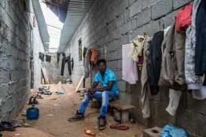 51212049. Trípoli, Libia, 12 Dic. 2015 (Notimex- Luca Pistone).- Desde el fin de la tiranía de Muamar el-Gadafi, el tráfico de migrantes hacia las costas europeas se ha convertido en una de las bases más importantes de la devastada economía de este país del norte de África. Las autoridades locales, cuando no están involucradas ellas mismas, miran hacia otro lado. NOTIMEX/FOTO/LUCA PISTONE/FRE/HUM/