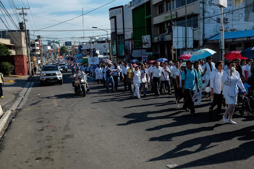 Más de mil 200 marchan por la dignidad de los servicios de salud en Tabasco 3