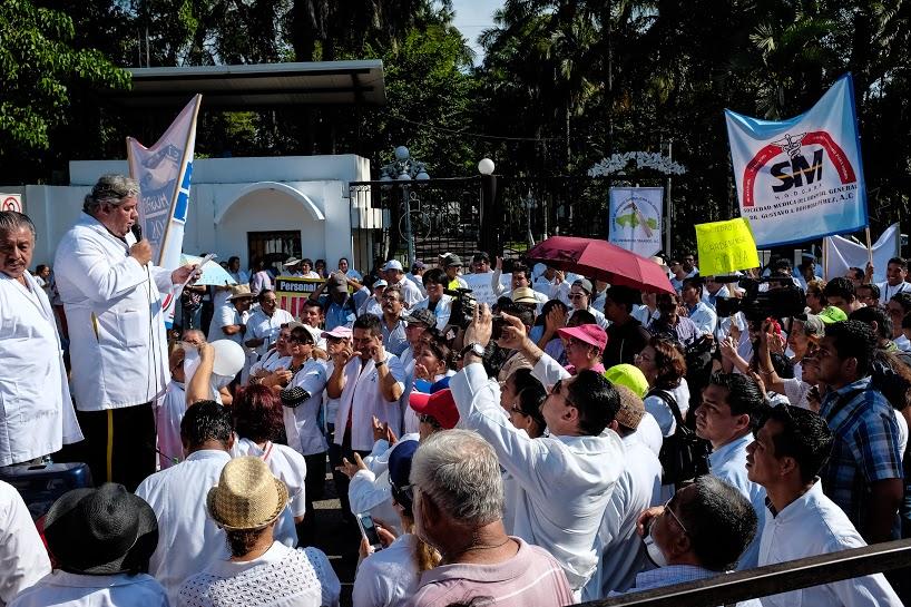 Más de mil 200 marchan por la dignidad de los servicios de salud en Tabasco 15