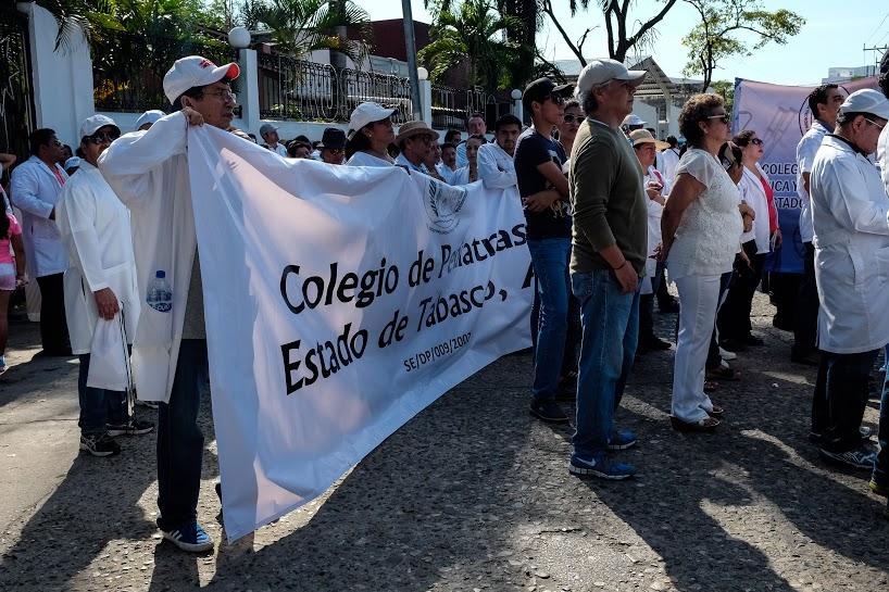 Más de mil 200 marchan por la dignidad de los servicios de salud en Tabasco 13