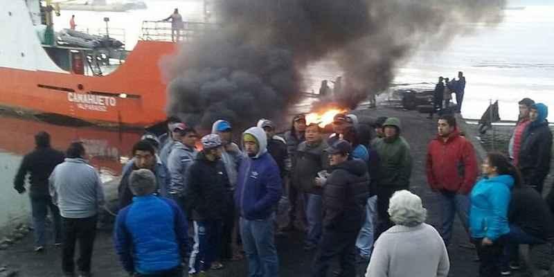 Pescadores de Chiloé radicalizan bloqueos carreteros en la isla chilena