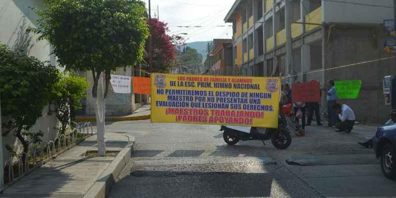 Padres de familia paralizan Chilpancingo  en apoyo a CETEG