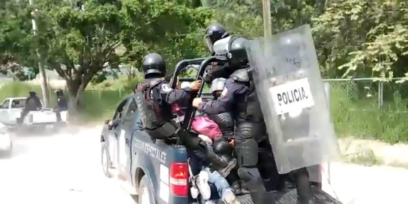 Entrega Fiscalía a Derechos Humanos a normalistas detenidos