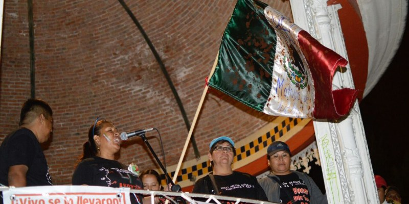 """""""¡Vivos los queremos!"""", gritaron padres de los 43 en Chilpancingo"""