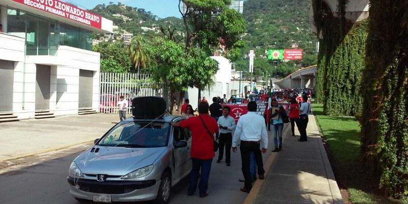 Toman y desalojan estudiantes plaza comercial de Acapulco