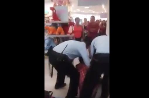 Seguridad de Liverpool en Tabasco arrastra a hombre indígena