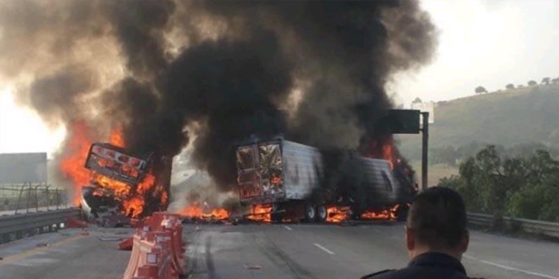Chocan y se incendian dos tráilers en la México-Querétaro
