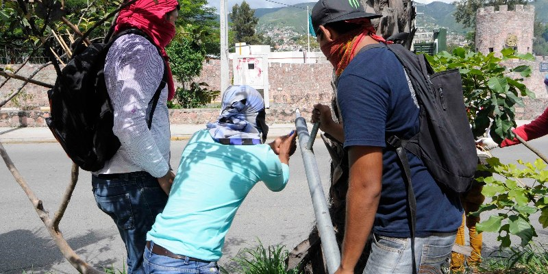 Normalistas atacan instalaciones de la 35 Zona Militar en Chilpancingo