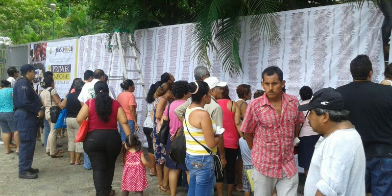 Reprochan padres entrega irregular de becas en Acapulco