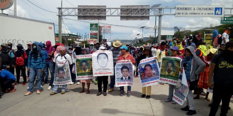 Bloquean padres de los 43 autopista del Sol en Chilpancingo