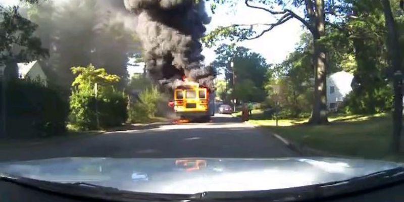 [VIDEO] Mujer salva a 20 niños de autobús escolar en llamas