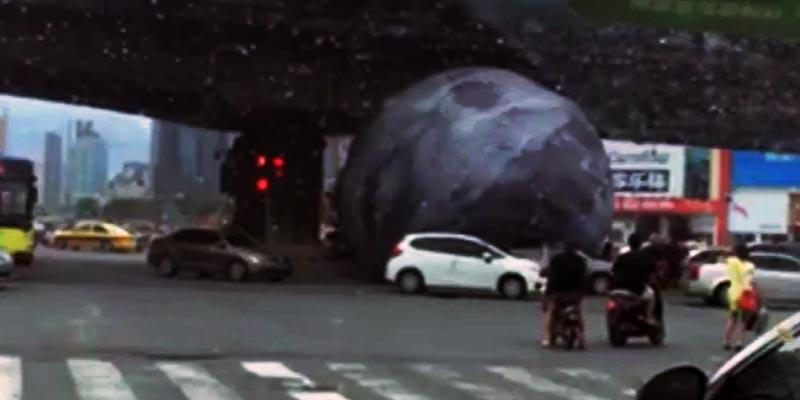[VIDEO] Tifón hace rodar una luna en calles de China
