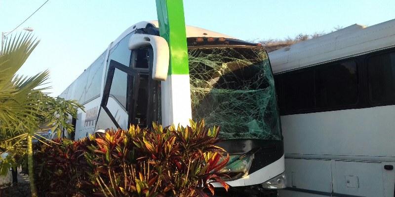 Choque de autobuses deja un lesionado en Tixtla; viajaban jornaleros