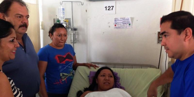 El médico Javier Solorio con una paciente y su familia