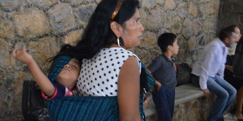 En festejo de Semujer ignoran a mujer indígena con hijo enfermo