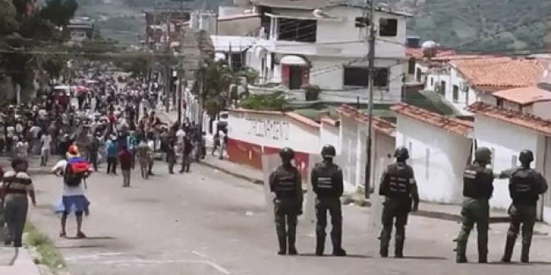 Policía venezolana reprime nueva marcha opositora
