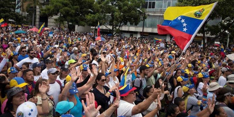 Gana oposición venezolana, premian a Sajárov