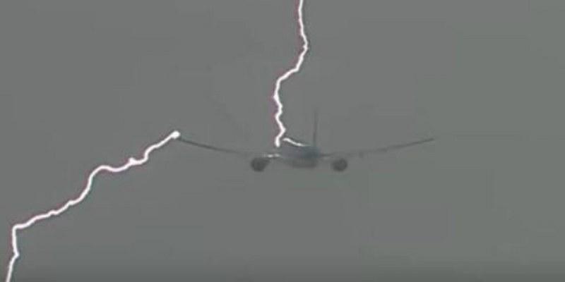 Captan impacto de rayo sobre avión en pleno vuelo (VIDEO)