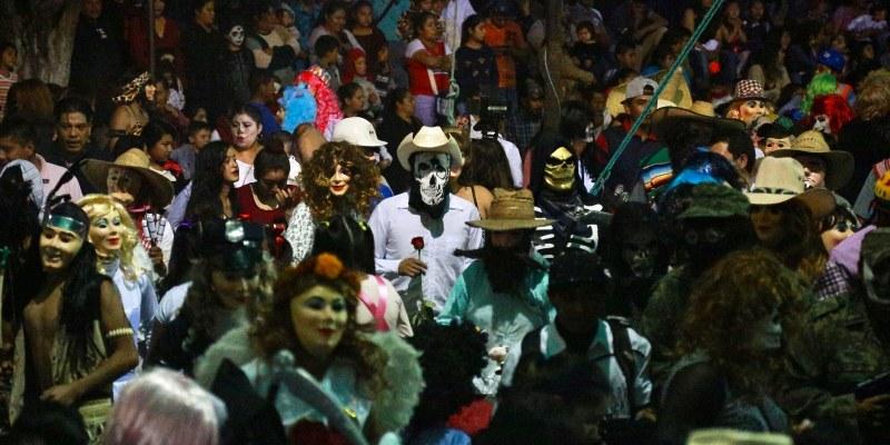 Difuntos regresan del más allá a la fiesta de la Huehuenchada