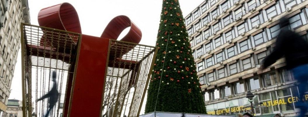 Árbol de Navidad de 83 mil euros causa indignación en redes