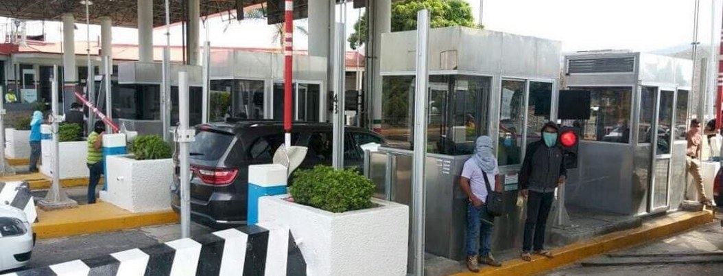 Normalistas toman caseta de Palo Blanco; cobraron 50 pesos por auto
