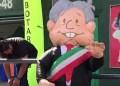 López Obrador se convierte en botarga 13