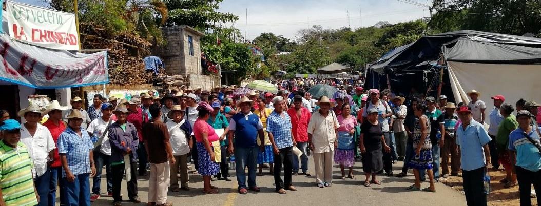 Cierran carretera en Tecoanapa; alcalde se roba el fertilizante, acusan 2