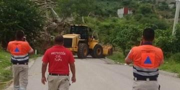 Reabren la vía Tlapa-Marquelia cerrada por deslizamiento de tierra 11
