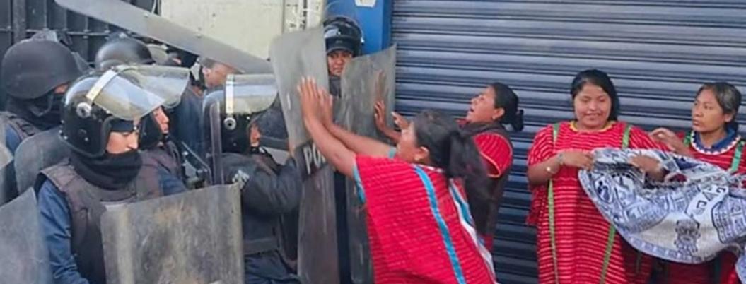 Policías desalojan a mujeres triquis en Palacio de gobierno de Oaxaca