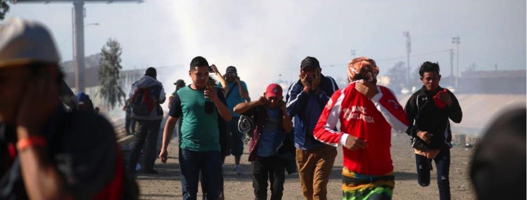 México pide a EU investigue uso de gases lacrimógenos contra migrantes