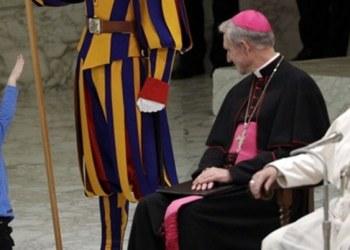 Niño sube al escenario y roba cámara en discurso del Papa Francisco 2