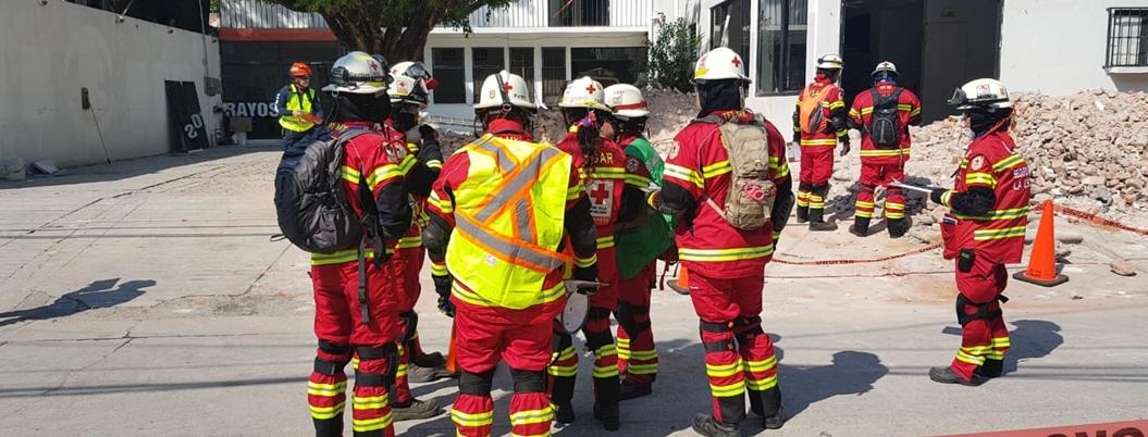 Voluntarios de la Cruz Roja se capacitan para rescates en casas caídas
