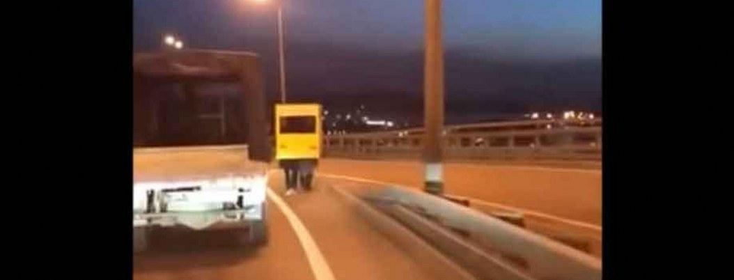 Rusos se disfrazan de autobús para poder cruzar puente a pie