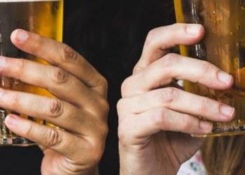 Mujeres que beben más cerveza son las más fieles: estudio 1