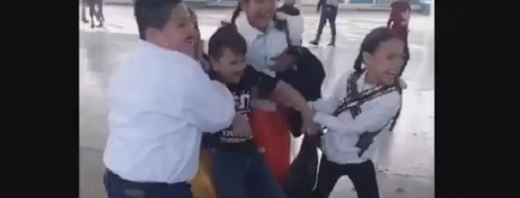 VIDEO| niña arrastra a su compañero para casarse en kermesse escolar