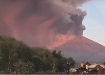 Indonesia en alerta máxima por volcán que causó tsunami 2