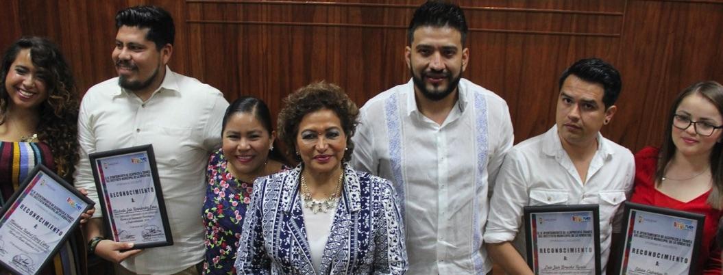 Adela pide a los ganadores al Mérito Juvenil que ayuden a Acapulco